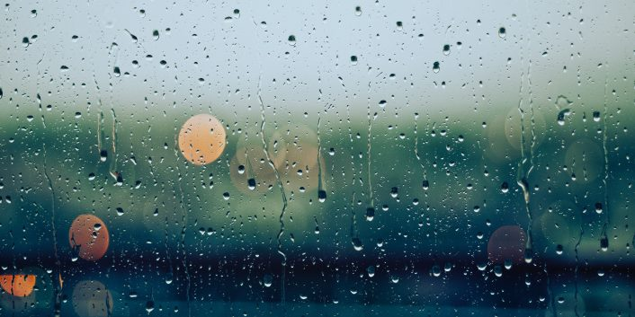 Regndråper på rute, bakgrunn uklart